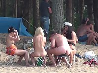 Nu1396# Naked girl walking on sand and all men escorted her for a lustful glances. In this video,