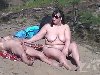 Nu2180# We are watching a couple who behaves on the beach very relaxed. A man and a woman caress eac